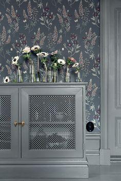 Tapetföretaget Sandbergs lanserar nu i mars sin vårkollektion VILLA DALARÖ. I kollektionen blandas klassiska medaljongtapeter med slingrande blomstertapeter och allt i en harmonisk och naturnära…
