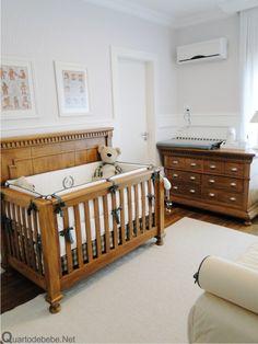 enxoval de bebê branco com berço e cômoda de madeira