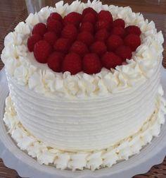 American red velvet ( terciopelo rojo americano)                                                                                                                                                                                 Más Creative Cake Decorating, Creative Cakes, Beattys Chocolate Cake, Red Velvet Cake Decoration, Fiesta Cake, Red Cake, Cooking Cake, Cheesecake Cake, Holiday Cakes