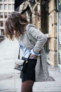 Acheter la tenue sur Lookastic:  https://lookastic.fr/mode-femme/tenues/blazer-chemise-de-ville-minijupe-sac-bandouliere-collants/5721  — Collants á pois noirs  — Minijupe noire  — Sac bandoulière en cuir noir  — Chemise de ville bleue claire  — Blazer en laine gris