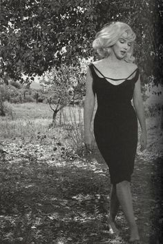 "Marilyn Monroe in Nevada on the set of ""The Misfits"", the last film that she… Brigitte Bardot, Hollywood Glamour, Old Hollywood, Hollywood Actresses, Most Beautiful Women, Beautiful People, Fotos Marilyn Monroe, Marilyn Monroe Birthday, Photo Vintage"