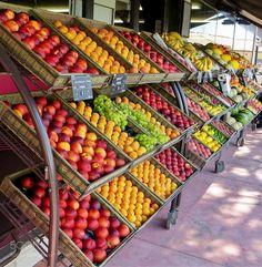 Food photo by Jovyx Vegetable Rack, Fruit And Vegetable Storage, Vegetable Stand, Fruit Storage, Fruit And Veg Market, Fruit Shop, Farmers Market, Produce Displays, Fruit Displays