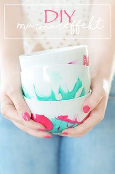DIY: Schalen mit Marmoreffekt mit Nagellack verschönern. Das einfache Do It Yourself zum Selbermachen mit Video findet ihr hier:https://bonnyundkleid.com/2016/07/do-it-yourself-marmoreffekt-mit-nagellack/