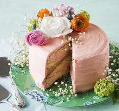 Aitojen kukkien koristama vaniljakakku lupaa makeaa mahan täydeltä: täytteessä maistuvat sitruuna, suklaa ja vanilja.