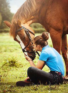 tulee tästä kuvasta vaan mieleen et eeeiiii älä istu siihen kun siin on salee hevosen kakkaa!