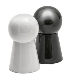 """Knuff White and Black - KNUFF Salt & Peppermill Design Broberg & Ridderstråle Peppermill reminiscent of the classic game """"Ludo"""". The mill has internal ceramic works and comes in black and white which inevitably brings to mind salt and pepper. Material: Ceramic, Plastic Measurements: 10 x 6 cm Varieties: White, black"""