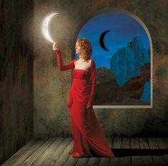 Mulher ruiva com vestido vermelho tocando lua crescente