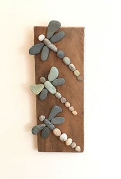 Three Rock Dragonflies on Driftwood- More art diy art easy art ideas art painted art projects Beach Crafts, Diy And Crafts, Crafts For Kids, Arts And Crafts, Summer Crafts, Caillou Roche, Art Pierre, Art Diy, Rock And Pebbles