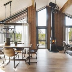Bilderesultat for tinde hytte Mountain Decor, Attic Spaces, Hearth, Dining Table, Windows, Modern, House Ideas, Furniture, Home Decor