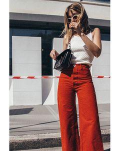 Un pantalon ample rouge avec un top à fines bretelles