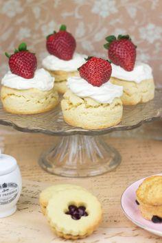 Objetivo: Cupcake Perfecto.: Afternoon Tea para Jane Austen (Strawberry Shortcakes, Scones de pasas y Galletas Rellenas)