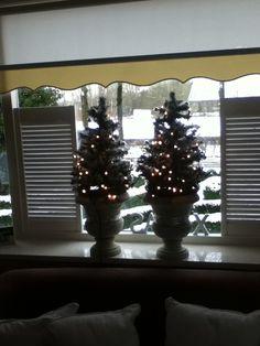 minikerstboom met lampjes en wit lint
