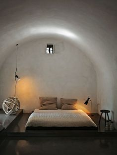Doesn't this bedroom make you sleepy.oh how I would love to nap there. Countryside home in Salento' by Luca Zanaroli, morciano di leuca, Italy. I can smell the lemon blossoms. Bedroom Lamps, Home Bedroom, Bedroom Decor, Bedrooms, Bed Lamps, Budget Bedroom, Bedroom Ideas, Master Bedroom, Italian Home