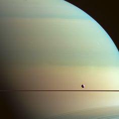 Saturno e Dione: filtri metano, verde e ultravioletto (W00092865-67-68) - Info: http://aliveuniverse.today/speciale-missioni/sistema-solare/cassini/1724-saturno-color-metano - Credit: NASA/JPL/Space Science Institute - Processing: Elisabetta Bonora & Marco Faccin / Alive Universe