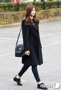 chic l fall l winter: black coat, black oxfords, black top, jeans