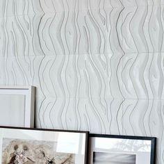 Revestimento Zebrati Branco no projeto da Oca Arquitetura #revestimento #cimenticio #concreto #interiordesign #instadecor #interiores #design #decor #maski #luxo #projetoTOP #parede #walldecor #wall #painel #sala #painel3d #inspiracao #animalprint