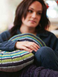Pinwheel Cushion, free knitting pattern for round pillow
