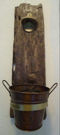 Abre botella en tabla de madera con cubeta de latón / Bottle opener on a wood tablet with a tin bucket