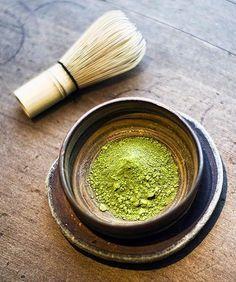 Le #thé #matcha : quels bienfaits ? : Tous les thés verts sont réputés pour leurs bienfaits et leur richesse en antioxydants. Parmi eux, il en est un particulièrement intéressant pour la santé : le thé vert matcha. Voici une présentation de cette poudre précieuse aux multiples vertus.
