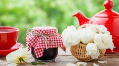 Pečený čaj je stále oblíbenější formou, jak výhodně zpracovat domácí sklizeň ovoce, což oceníte především vzimě. Zčaje lze ale připravit iskvělé letní osvěžení. Příprava takového pečeného čaje je přitom jednoduchá, jen je zapotřebí zvolit kvalitní suroviny. Své vlastní vypěstované ovoce tak pokud možno doplňte odalší suroviny vbiokvalitě. Table Decorations, Home Decor, Decoration Home, Room Decor, Home Interior Design, Dinner Table Decorations, Home Decoration, Interior Design