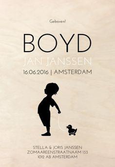 Uniek écht houten jongens geboortekaartje in zwart wit met een lief silhouetje van een jongen dat zijn loop eendje vasthoudt gedrukt op echt berken hout. Met slechts 1 postzegel te versturen!