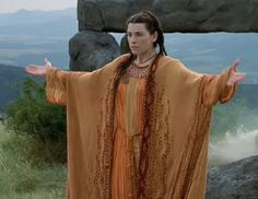 Julianna Margulies in the role of Morgaine for the 2001 television serial Mists of Avalon. Theatre Costumes, Movie Costumes, High Fantasy, Medieval Fantasy, Magic Realms, Llama Violeta, Mists Of Avalon, Julianna Margulies, Night Elf