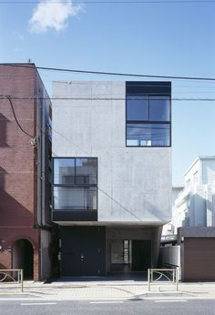 APOLLO Architects & Associates|CARRERA Minimalist Architecture, Japanese Architecture, Contemporary Architecture, Art And Architecture, Modern Townhouse, Arch House, Small Modern Home, Concrete Houses, Small Buildings