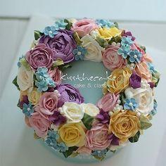 Buttercream flower cake... #koreanbuttercream #2 #instagood #cake #cakeicing #buttercream #flowers #flowercake # #flower #buttercreamflowers #flowercake #kissthecake #blossom #wreath #케익 #케이크 #플라워케이크 #꽃 #버터크림 #키스더케이크 #버터플라워케이크 #버터크림플라워케이크