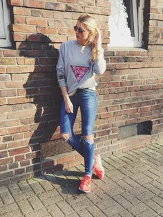 Casual #look #fashion #fashionblogger #inspo #streetstyle #outfit #sun #girl #sweater #patch #triangle #sneakers #hamburg #startup