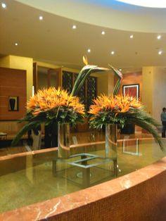 5 Vibrant Tips AND Tricks: Greek Vases Decoration clear vases lights. Large Floral Arrangements, Vase Arrangements, Vase Centerpieces, Vases Decor, Art Floral, Deco Floral, Big Vases, Clear Vases, Hotel Flowers