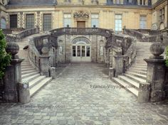 Palace of Fontainebleau: Horseshoe staircase in the White Horse courtyard (Farewell courtyard) and facade of the Palace of Fontainebleau - France-Voyage.com