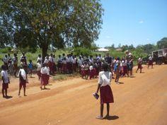 E poi ti capita di trovarti per caso attorniato dai bambini che tornano da scuola.... http://www.orizzonteviaggi.blogspot.it/search/label/Kenya