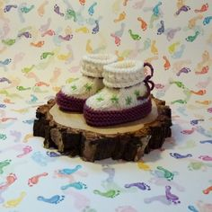 Süße Babyschühchen in weiß und lila in einem Stück handgestrickt und daher ohne Nähte. Das Bündchen wird umgeklappt und ist innen im Rippenmuster und außen mit Lochmusterborte gearbeitet. Die Schuhe sind rundherum mit hellgrünen Sternen bestickt. Cake, Desserts, Food, Lilac, Hot Pink Fashion, Spare Ribs, Stars, Handmade, Handarbeit