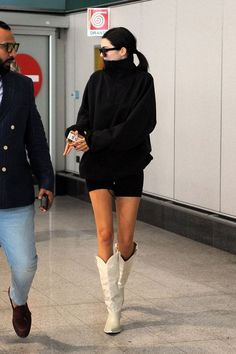 15 looks incríveis com cowboy boots! - Fashionismo 15 looks incríveis com cowboy boots! White Cowgirl Boots, Cowboy Boot Outfits, Dresses With Cowboy Boots, White Boots, Kendall Jenner Outfits, Kendall Jenner Estilo, Kylie Jenner, Botas Western, Bootfahren Outfit