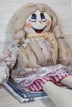 Kolorowa lala: szyta z bawełny, włoski wykonane z wełny czesankowej, buzia malowana ręcznie