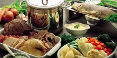 Per la ricetta dell'aioli, schiacciate nel mortaio 4 grossi spicchi d'aglio, unitevi un tuorlo d'uovo e amalgamate perfettamente. Salate, pepate, poi ... Aioli, Salsa Verde, One Pot Meals, Fresh Rolls, Ethnic Recipes, Carne, Food, Eten, Meals
