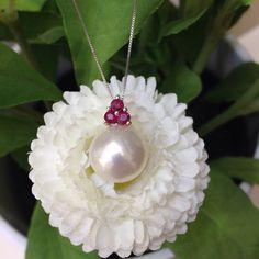 Collana con pendente in oro bianco 18kt con rubini taglio rotondo e perla mm 12 vera coltivata in acqua dolce. € 380!!! Www.millegioiellitorino.com