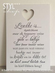 Tekstbord Leafde is... (wyt) - Fries / Frysk - Styl*Shop - Mooie (Fryske) woonaccessoires en (Friese) tekstborden vind je bij Styl*Shop - jouw online webwinkel!