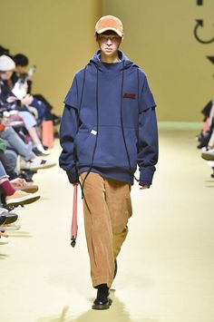 See the complete Cres. E Dim. Fashion 2017, Boy Fashion, Fashion Show, Fashion Outfits, Seoul Fashion, Just Style, Surf Wear, Windbreaker Jacket, My Outfit