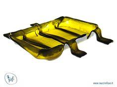 HUG: vassoio con bottiglie di vino riciclate HUG: tray made with recycled wine bottle