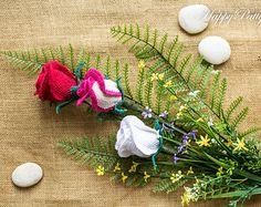Crochet Applique fiore 3D, Rose ibridi di Tea. Fogliame di colore singolo grande…
