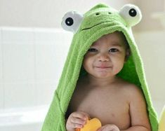 bath towel with frog hood Baby Sewing Projects, Sewing For Kids, Diy For Kids, Kids Hooded Towels, Hooded Bath Towels, Towel Animals, Baby Bath Time, Towel Crafts, Baby Towel