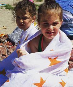 Aden & Anais swaddles ook super praktisch bij grote kids. Ideaal om mee te nemen naar het strand. Ze zijn lekker zacht, drogen snel en zijn licht.