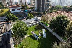 Um gramado de 300 m², uma figueira, um limoeiro, uma cerejeira, árvores de carambola e acerola, flores.