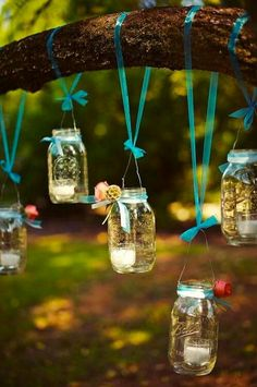 Frascos colgarñlos en los arboles que lindo !