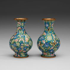 A PAIR OF CLOISONNÉ VASES, LATE QING DYNASTY, CIRCA 1900.