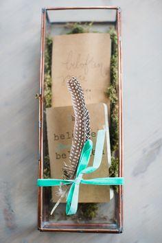 Oh en ah bij deze blauwe bruiloft. De beloften in een mooi doosje. // Fotograaf: Nienke van Denderen // Girls of honour