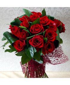Buchet rotund, plin de pasiune cu 23 trandafiri rosii aranajati intr-un buchet special Bouquet Box, Red Rose Bouquet, Red Roses, Christmas Wreaths, Floral Wreath, Elegant, Holiday Decor, Flowers, Alba