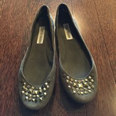 Steve Madden army green flats gold medallion detailing on front. In great condition! Steve Madden Shoes Flats & Loafers
