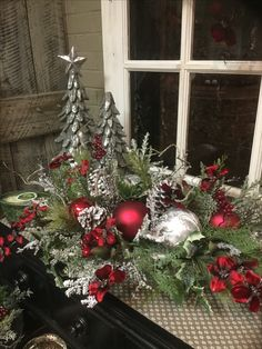Christmas floral arrangement and decorating ideas Do this on sideboard Christmas Planters, Christmas Swags, Christmas Flowers, Christmas Candles, Christmas Holidays, Christmas Flower Arrangements, Holiday Centerpieces, Floral Arrangements, Christmas Tree Decorating Tips